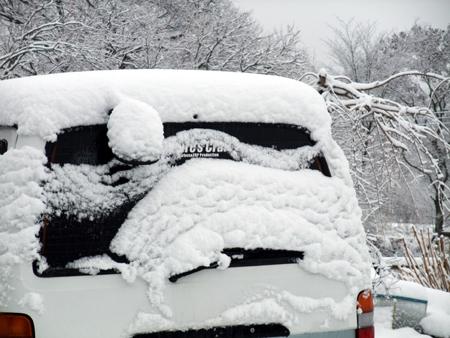 雪に埋もれるハイエース