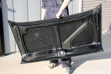 ドライカーボン製トランク
