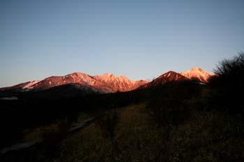 朝日で山が染まる